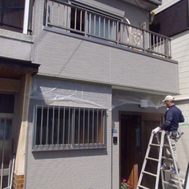 長屋外装塗装途中 斜めから