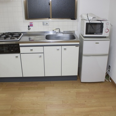 | キッチンの絨毯を撤去後 フローリング張替え完了