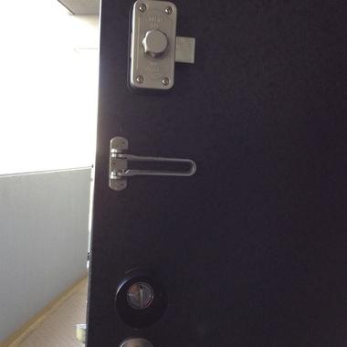 | ドアに二つ目の鍵を設置