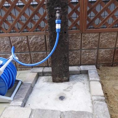 門柱と同じ枕木で立水栓設置
