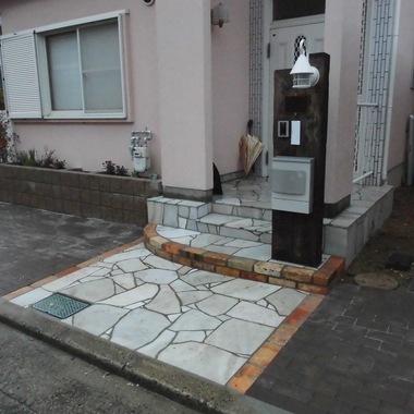 玄関廻り施工後 駐車スペースを拡張工事後