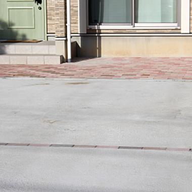 駐車スペース 建物と調和するコンクリートブロック仕上げ