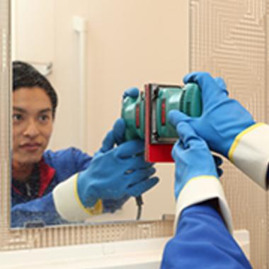 | 鏡の水垢除去 コーティング 作業中