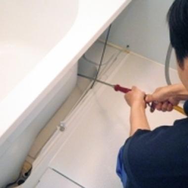 | 浴室エプロン内部 クリーニング 作業中