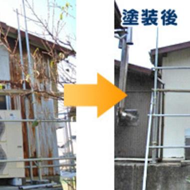   トタン製の外壁を真っ白に塗装 前と後