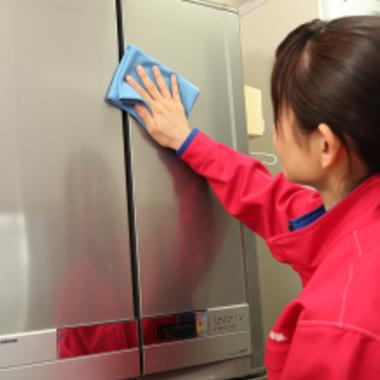 冷蔵庫クリーニング・エコ洗剤を使用 作業中