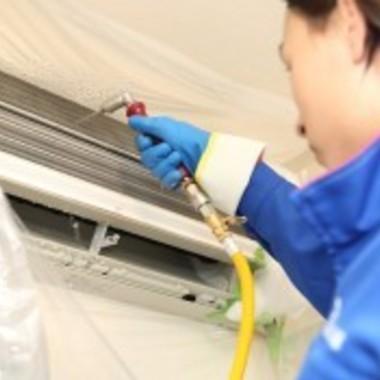 | エアコン分解後 高圧洗浄機で内部を注意深く洗浄 作業中