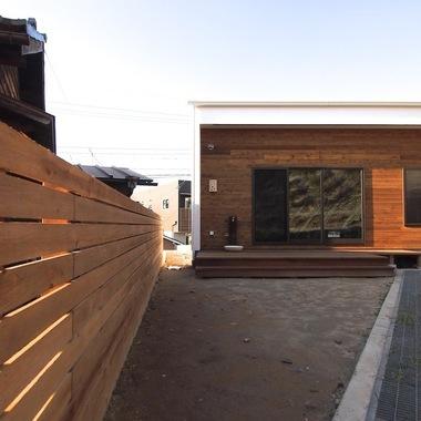 新築注文住宅アジアンテイスト ウッドデッキから庭