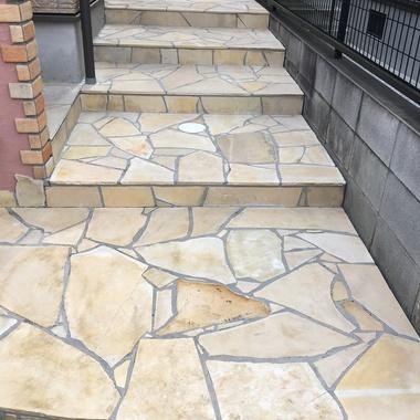 玄関前石材タイル洗浄保護 階段部分 後