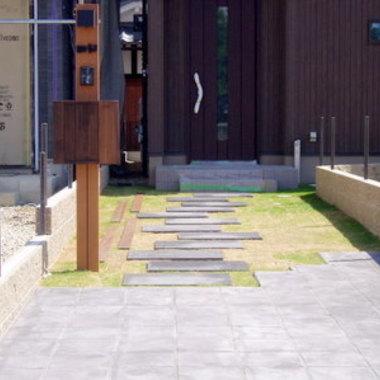 | 玄関前通路 ウッド調門柱設置 施工後