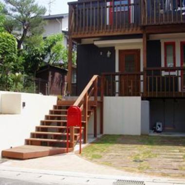 | 玄関先ウッド階段 ポスト設置 芝生ガレージ 外装施工後