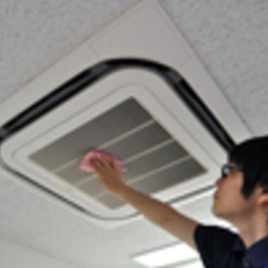埋め込み式エアコン 清掃後 拭き上げ