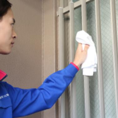 お手伝いパック 窓の清掃作業中