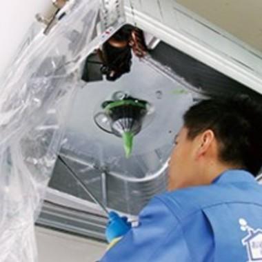 エアコン天井埋め込みタイプクリーニング作業中