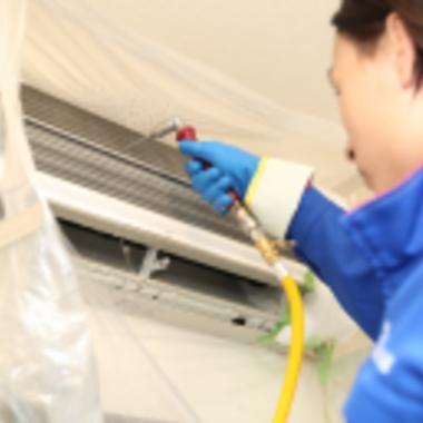   エアコン壁掛けタイプ内部 高圧洗浄中