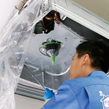   天井埋込タイプエアコン内部の清掃中