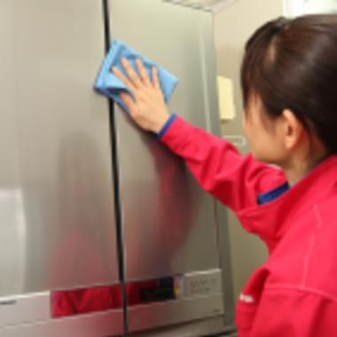   冷蔵庫外側の掃除 作業中