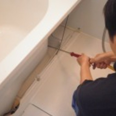 浴室 エプロン内部クリーニング 作業中