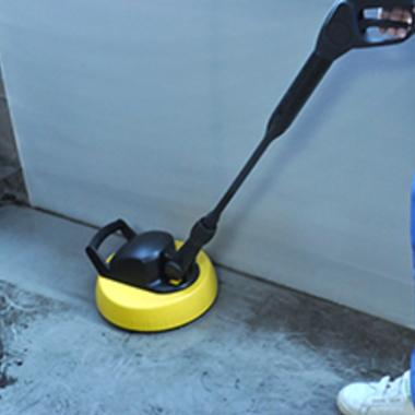 ベランダ高圧洗浄 作業中