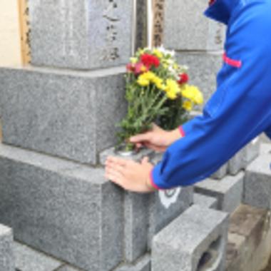 お墓にお花・お供え代行作業中
