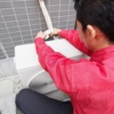 エアコン取り付け工事作業中