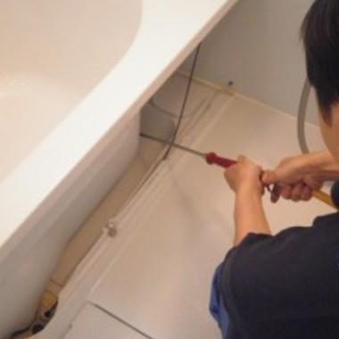 | 浴槽エプロン内部の清掃・洗浄中