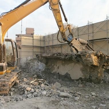 マンションビルの解体作業中