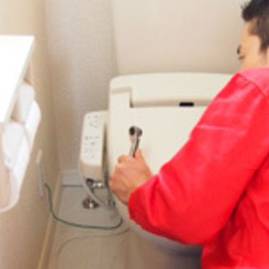 温水洗浄便座の取り外し・設置作業中