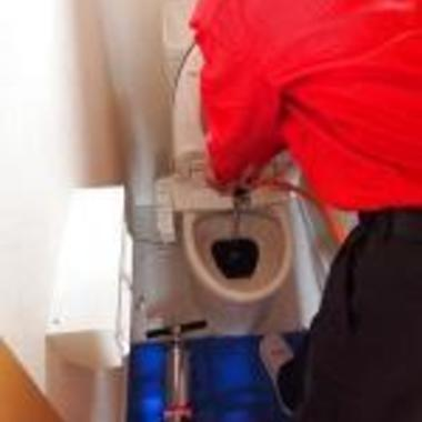 トイレの排水詰まり解消作業中