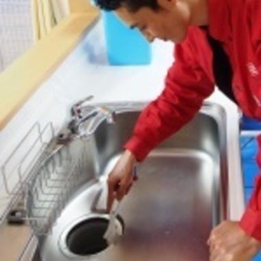 シンク排水クリーニング作業中