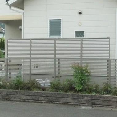 施工後 フェンス多段柱