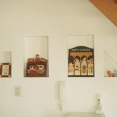 階段下のスペースに飾り棚設置 飾りあり