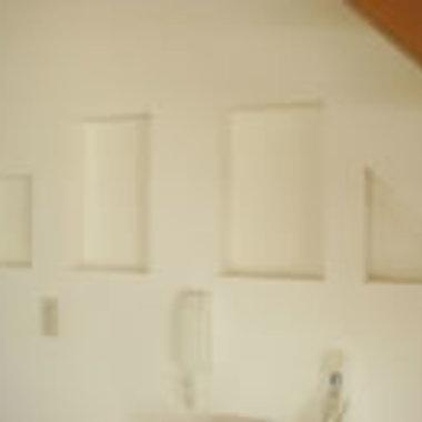 階段下のスペースに飾り棚設置