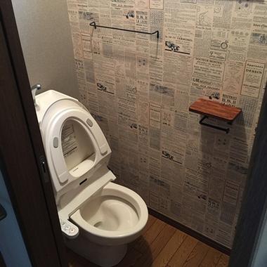 富里市×トイレの壁紙、ペーパーホルダー、タオル掛けなどを一新(リフォーム)×雰囲気をガラリと変えるリフォームの施工後写真(0枚目)