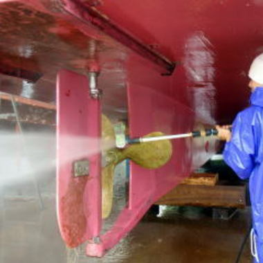 船底の高圧洗浄作業