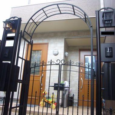 アイアン調の門扉とアーチを設置