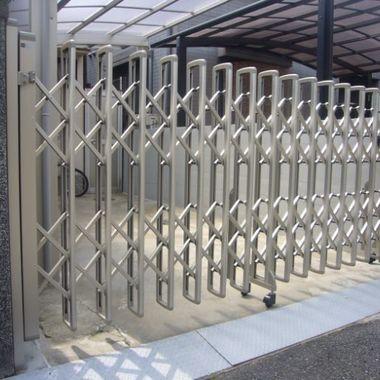 伸縮性のある門扉