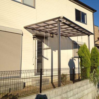 裏庭に物干し竿がかけられるテラス屋根を設置