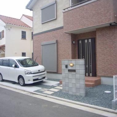 外構工事後の玄関・駐車スペース