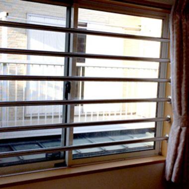 | 2階窓格子柵取り付け後の窓 正面