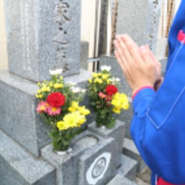 お花を供えてお墓参り