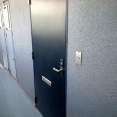 | マンション空室カギ交換のドア