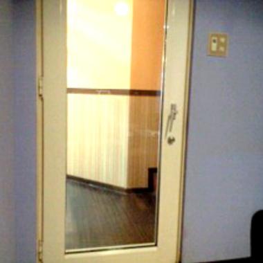 | 修理後のカラオケ店のガラス戸