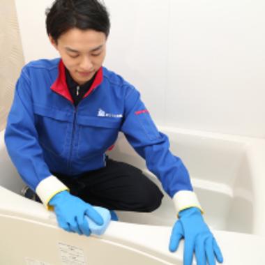 浴槽のスポンジでのクリーニング作業