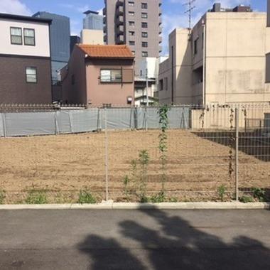 | フェンス越しの解体撤去後の更地