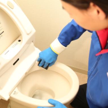 洋式トイレのスポンジでのクリーニング作業