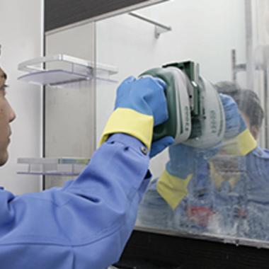 洗面所鏡の専用機材での水アカ除去クリーニング作業