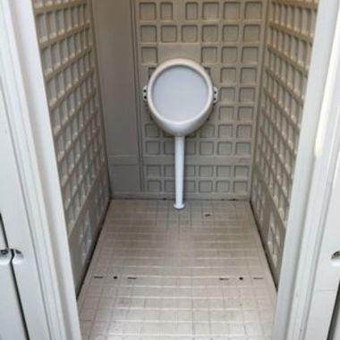 クリーニング後の仮設男子トイレ