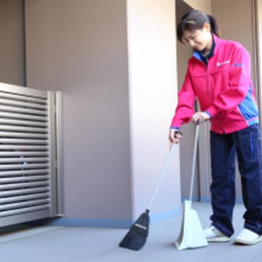 玄関ポーチ前の掃き掃除