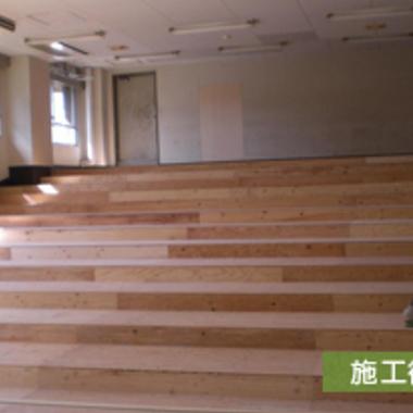 施工後の大学教室 階段上の座席の床